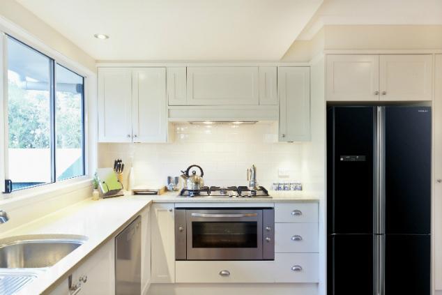 """עוד אופציה לשילוב לבן עם שחור – מטבח לבן עם מקרר בגימור זכוכית שחורה (צילום: יח""""צ אלקטרה)"""