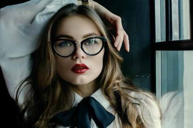 דוגמנית עם משקפיים