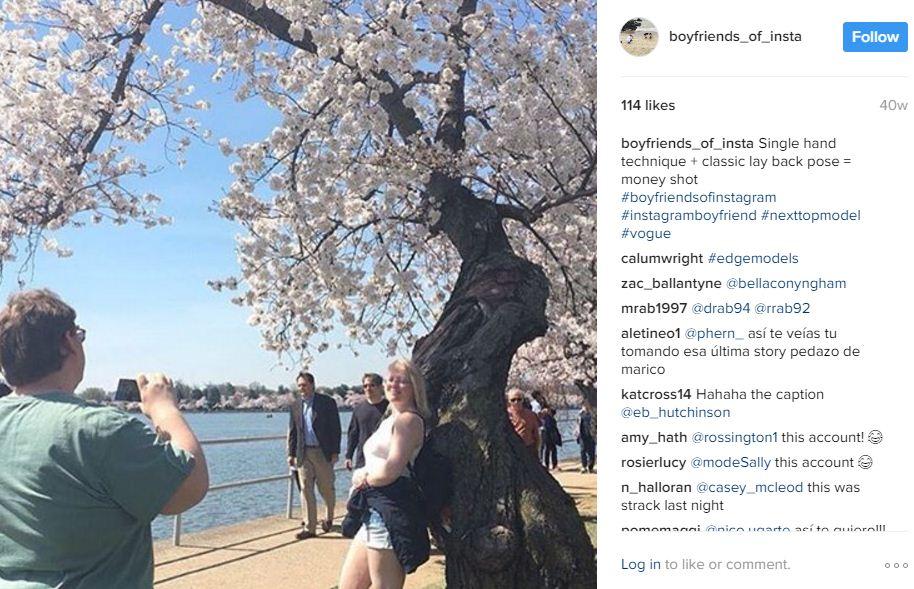 גברים של אינסטה ליד עץ