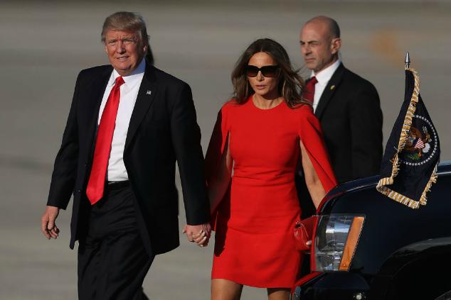 מלאניה טראמפ מחזיקה יד
