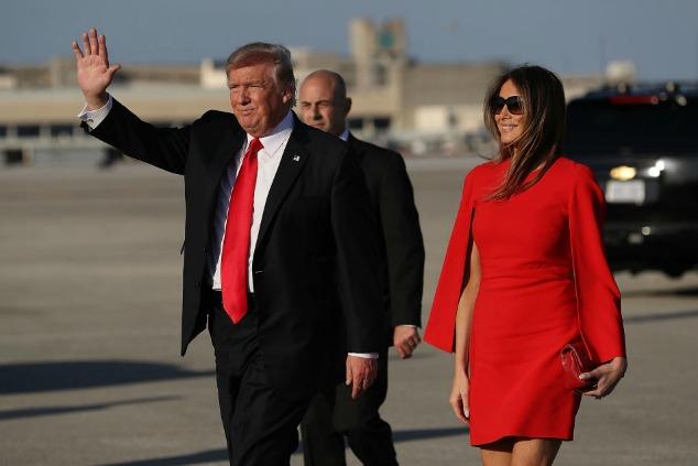 מלאניה טראמפ בשמלה אדומה