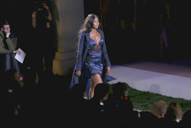 נעמי קמפבל בתצוגת אופנה