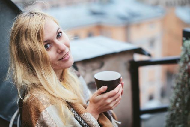 בחורה לוגמת תה