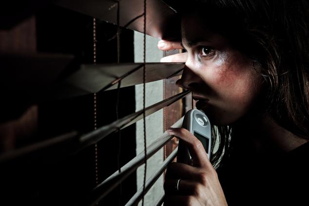 אישה נפגעת אלימות במשפחה (צילום: שאטרסטוק)