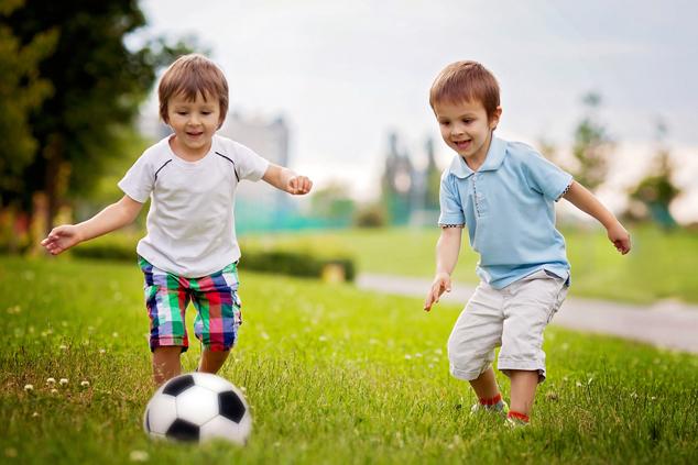 בנים משחקים כדורגל (צילום: שאטרסטוק)