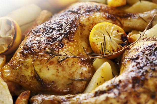 עוף ותפוחי אדמה בפסטו, ניתן גם לקשט בפלחי לימון ורוזמרין (צילום: שאטרסטוק)