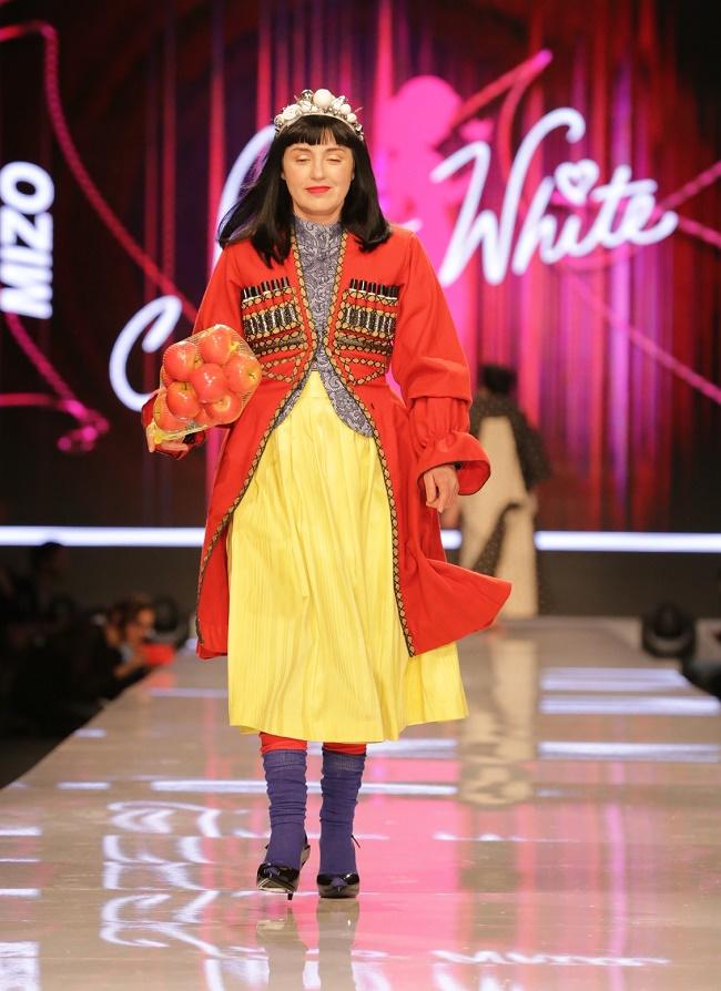 """ננה שרייר בשמלת """"שלגיה"""" של מיזו (צילום: אבי ולדמן)"""