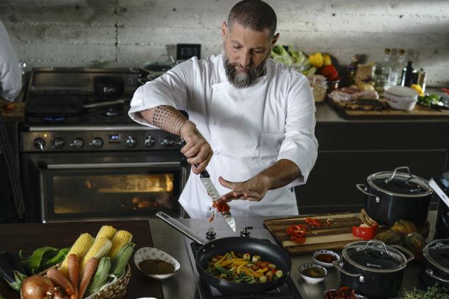 השף אסף גרניט בפעולה (צילום: רון קדמי)