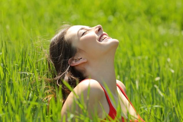 אשה בדשא ירוק