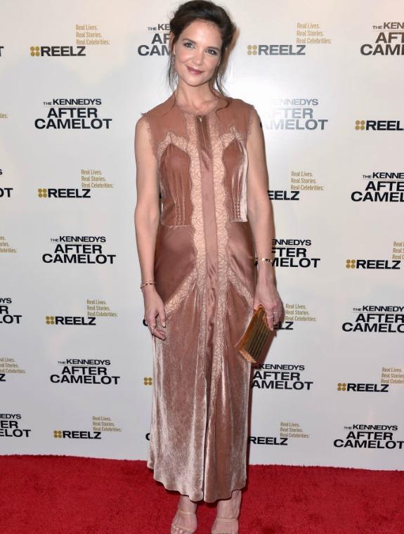 קייטי הולמס בשמלה