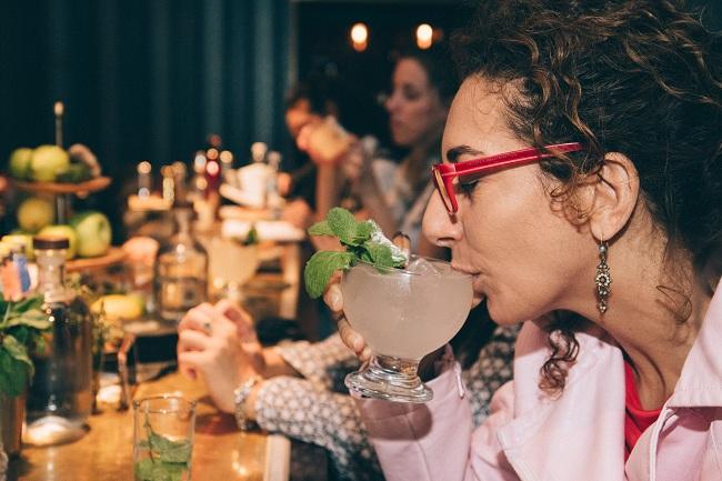 גארניש ריחני: מקמו מול האף של הטועם כך שיקרב את הגארניש לאפו בעת שתיה (צילום: Shutterstock)