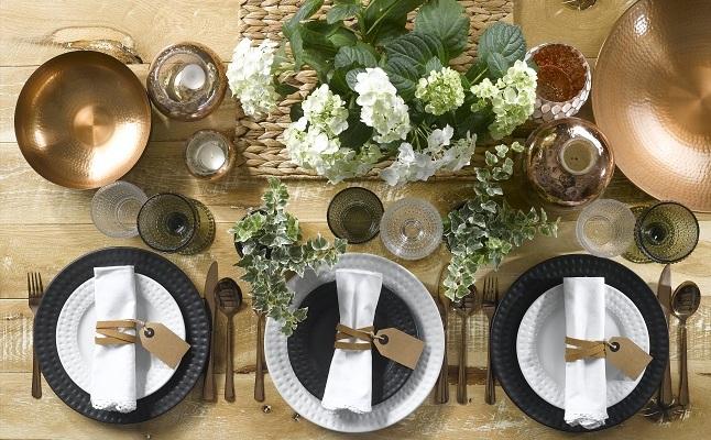 עיצוב שולחן בשחור-לבן וחום: נקי וחמים (עיצוב: גאלה מבית שופרסל)