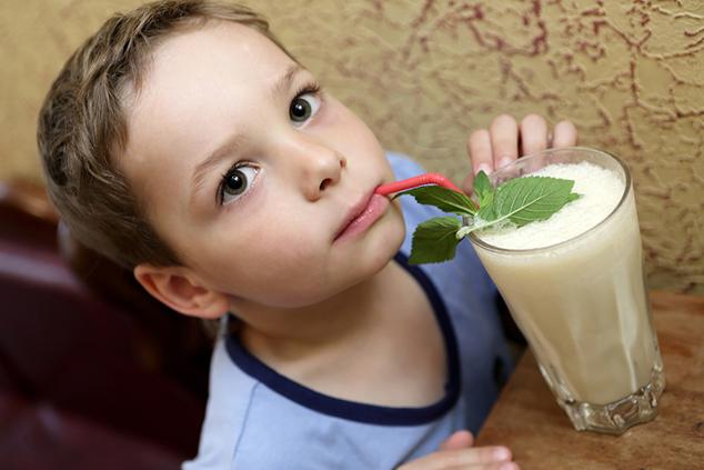 ילד שותה שייק (צילום: שאטרסטוק)