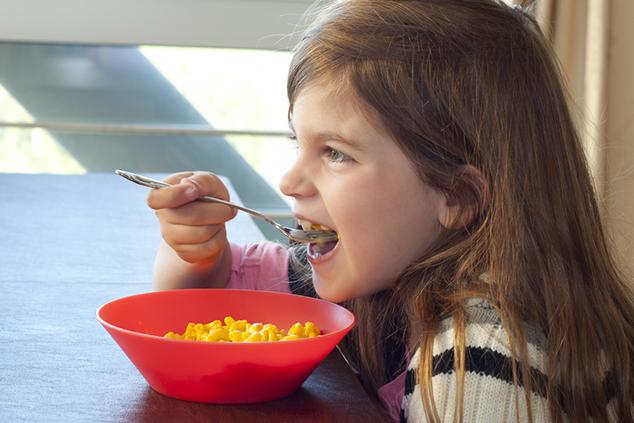 ילדה אוכלת מקרוני וגבינה (צילום: שאטרסטוק)