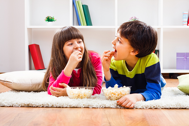 ילדים אוכלים פופקורן (צילום: שאטרסטוק)