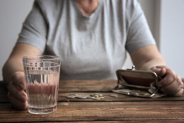 נשים מובטלות בגיל מתקדם נופלות לעוני עמוק (צילום: שאטרסטוק)