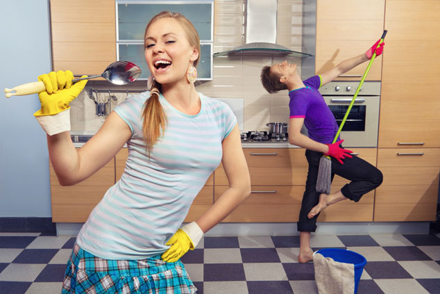 זוג מנקה בכיף (צילום: שאטרסטוק)