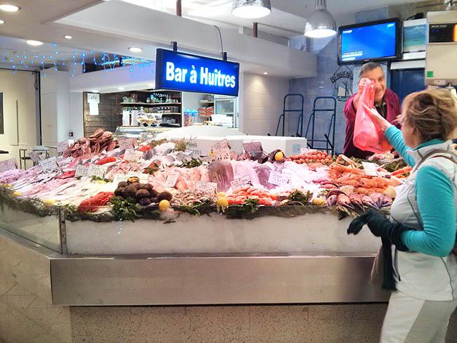 דוכן דגים ופירות ים בשוק סן ז'רמן. צילום: דנית סלומון