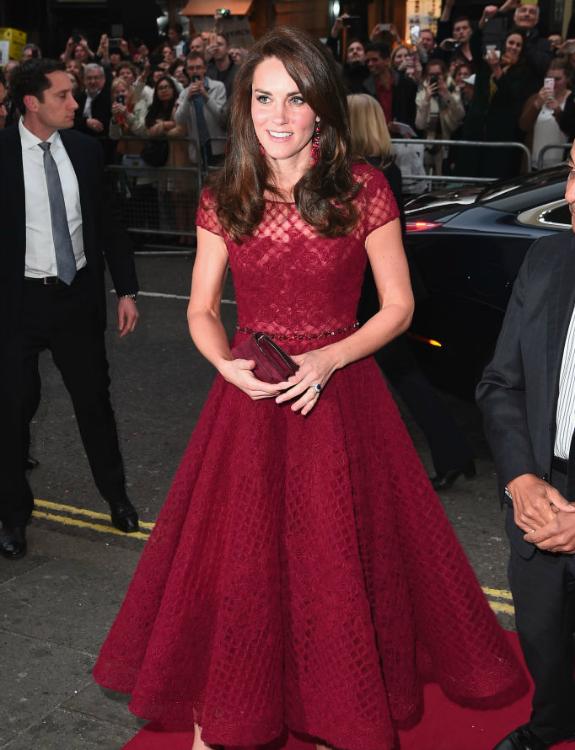 קייט בשמלה אדומה יפה