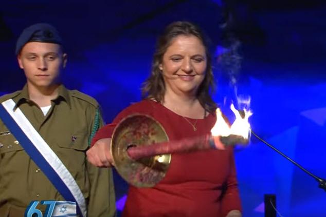 אליס מילר מדליקה משואה ביום העצמאות ה-67 (צילום מסך)
