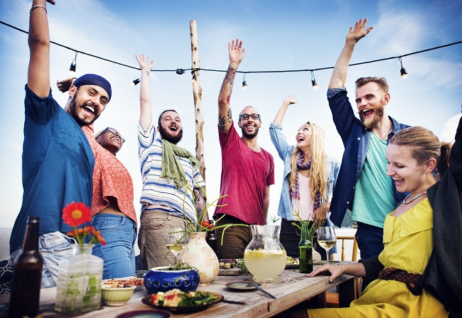 מסיבת גג עם חברים הבילוי המושלם לקיץ: אז מה שותים? (צילום: Shutterstock)