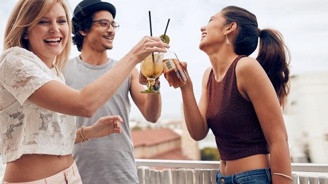 מארחים חברים במרפסת - זה מה שכדאי להגיש (צילום: Shutterstock)