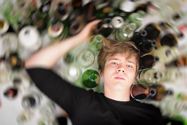 נער שותה אלכוהול (צילום: שאטרסטוק)