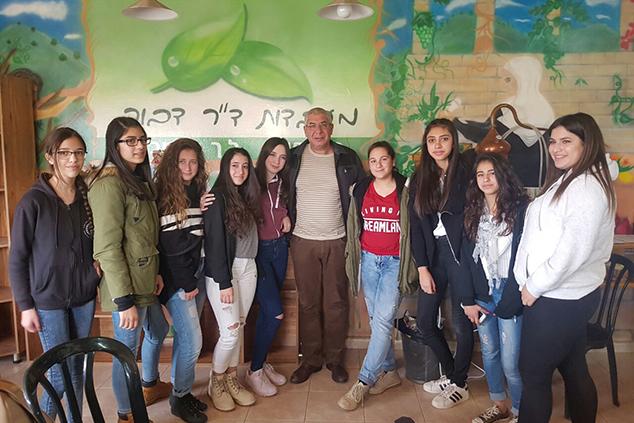תלמידות גרנות הגליל וכסרא סמיע בחברת דר דבור (צילום: תעשיידע)