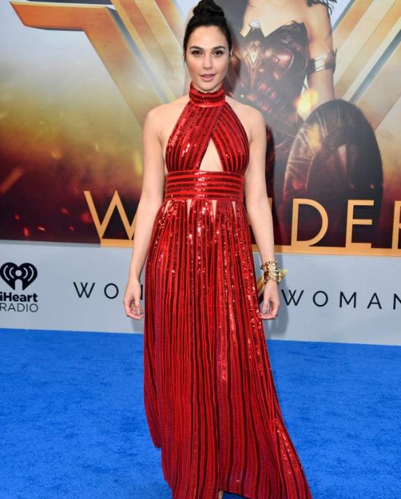 גל גדות בשמלה אדומה