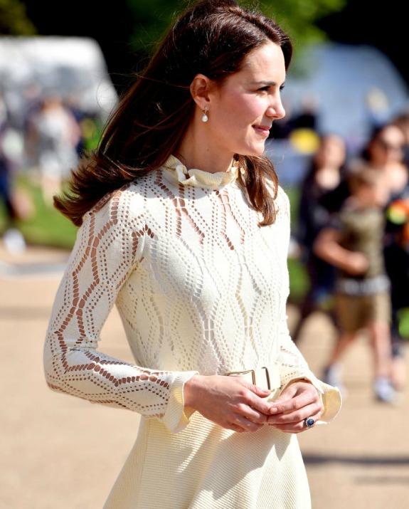 קייט מידלטון מהפרופיל בשמלה לבנה