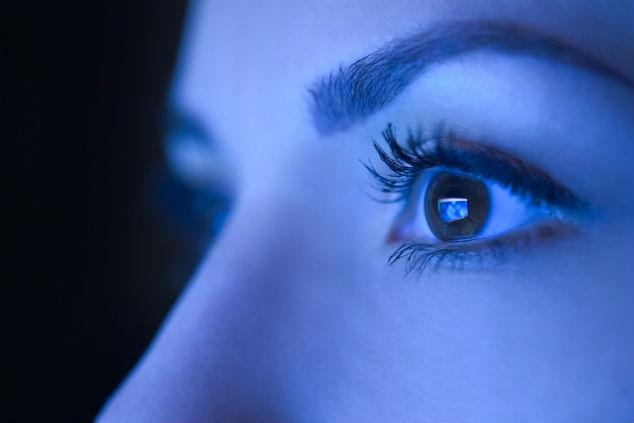 לחשיפה מוגברת לאור הכחול עלולה להיות השפעה מזיקה בטווח הארוך והקצר (צילום: שאטרסטוק)