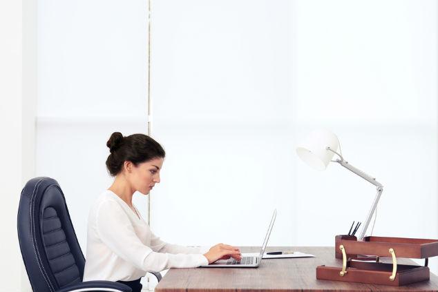 צורת הישיבה מול המסך משפיעה על העין, מומלץ לשבת זקוף ובמרחק נכון מהמסך (צילום: שאטרסטוק)
