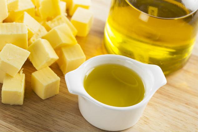 בעוד החמאה היא שומן רווי, שמן זית ושמן קנולה הם שמנים לא רוויים (צילום: שאטרסטוק)
