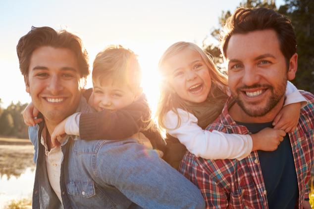 זוג אבות וילדיהם (צילום: שאטרסטוק)