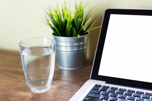 מים ליד המחשב, עדיף בבקבוק כי אי אפשר להיות יותר מדי זהירים (צילום: שאטרסטוק)