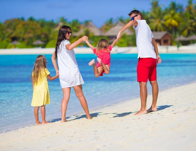 משפחה נהנית בחופש (צילום: שאטרטסוק)