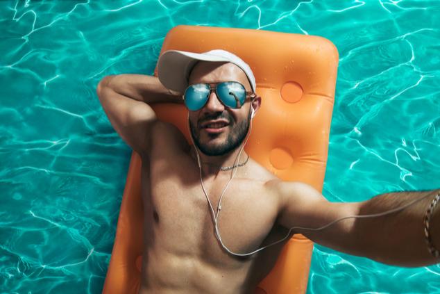 ערס מטרידן בבריכה (צילום: שאטרסטוק)