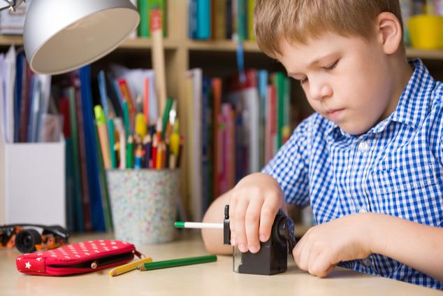 ילד מכין שיעורים לבד (צילום: שאטרסטוק)