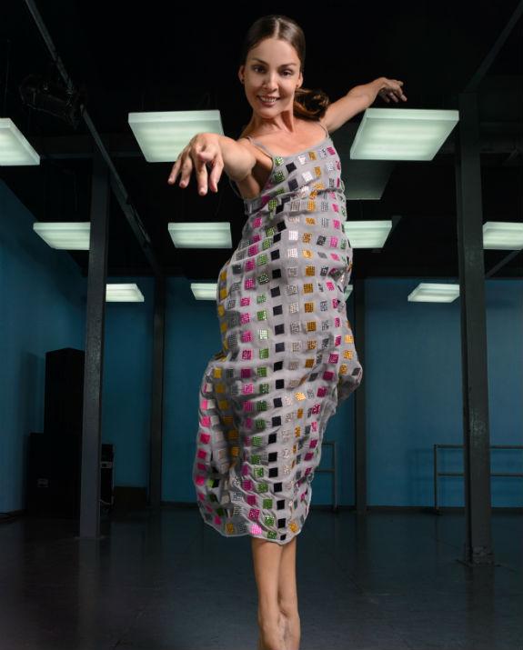 קובה רקדנית בשמלה