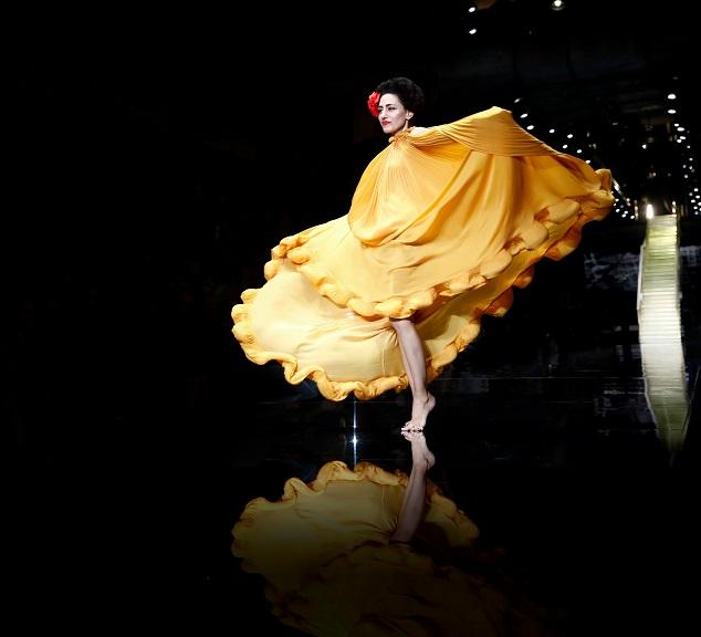 תערוכת ז'ה טם רונית אלקבץ במדיטק מוזיאון העיצוב חולון. קרדיט צילום גיל חיון, 2015. רונית אלקבץ בשמלה של אלבר אלבז בשבוע האופנה גינדי 2015 GINDI TLV Fashion Week  .    – Copy