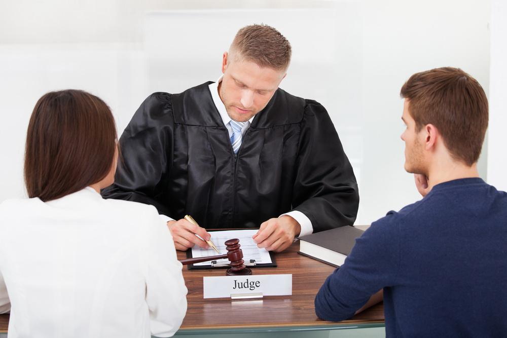 בסופו של דבר אזרתי אומץ ופניתי לעורך דין לענייני משפחה (צילום: shutterstock)