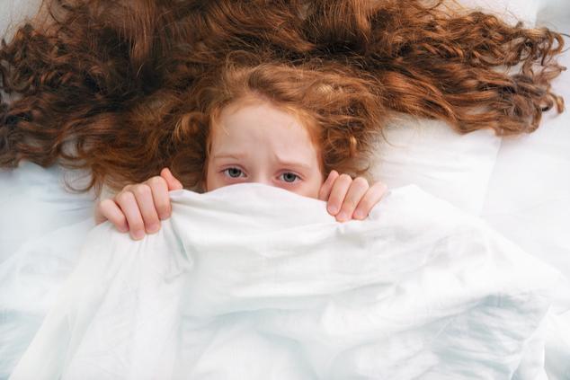 ילדה מבוהלת במיטה (צילום: שאטרסטוק)