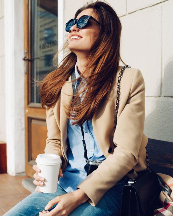 בחורה צרפתיה עם קפה שאטרסטוק