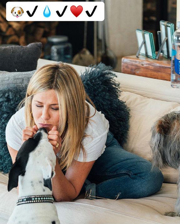 ג'ניפר אניסטון עם הכלב
