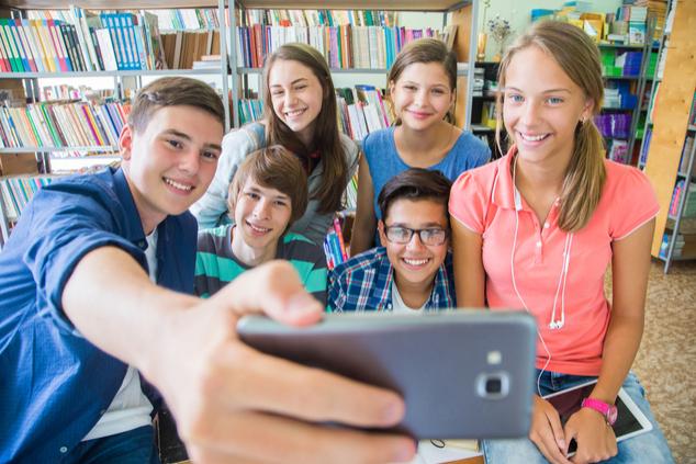 הצעירים חיים את הרשתות החברתיות (צילום: YanLev/שאטרסטוק)