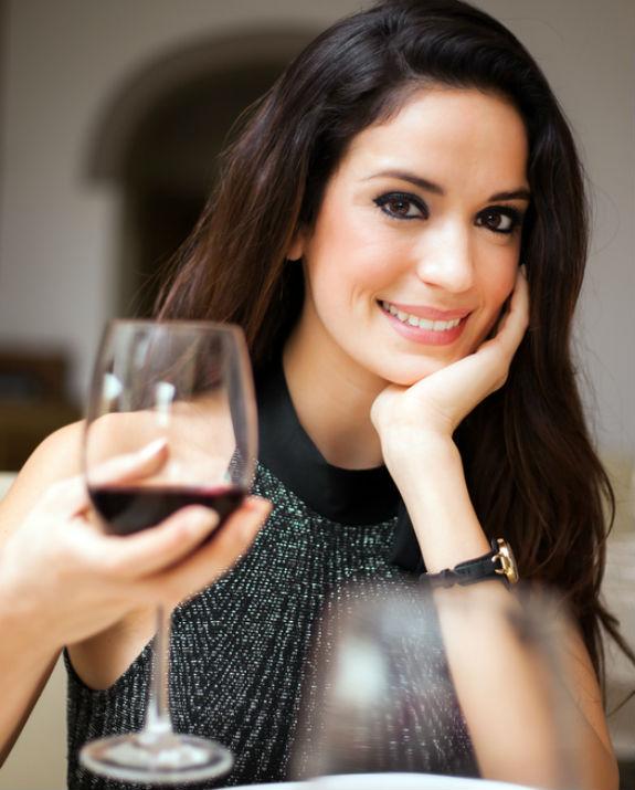 בחורה יין שאטרסטוק