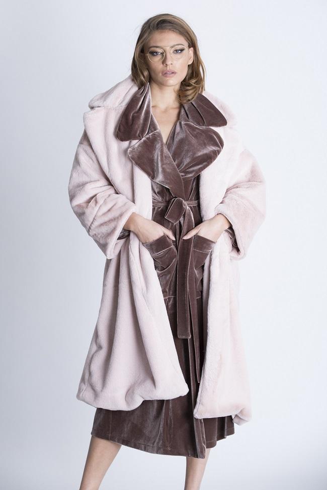 מעיל ורוד דמוי פרווה של נטע אפרתי 1050 שקל צילום שרבן לופו  (1)