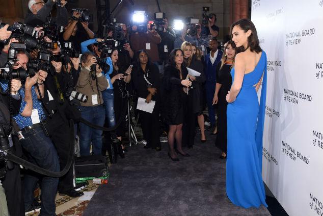 גל גדות בשמלה כחולה Jamie McCarthy/Getty Images for National Board of Review