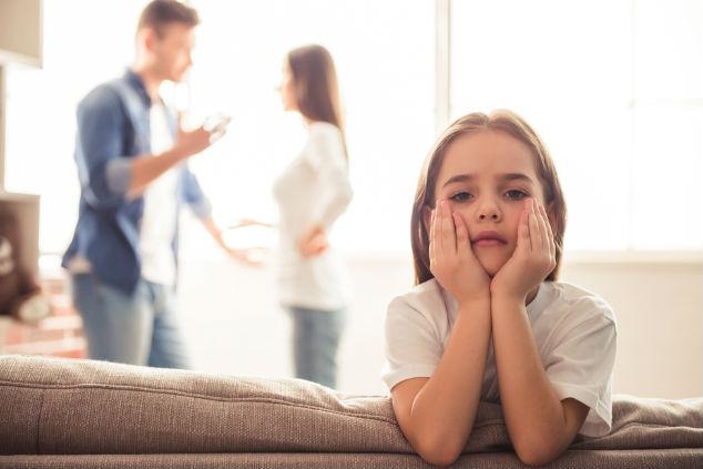 ילדה והורים צילום שאטרסטוק