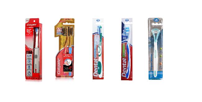 """מנקה לשון  ומברשות שיניים של life, מברשות שיניים  של קולגייט  (צילום: יח""""צ סופר-פארם)"""